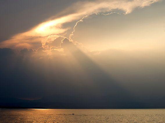 Zonnestralen over het Gardameer