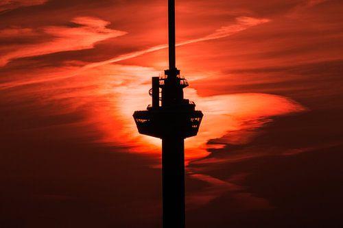 Zonsondergang achter de Euromast van