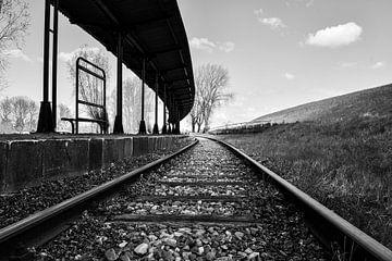 Verlassene Bahngleise entlang des Bahnsteigs von bart hartman