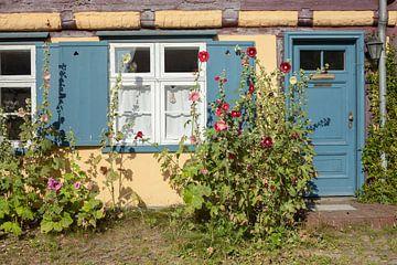 Stralsund :  Johanniskloster, Innenhof mit Fenster eines Fachwerkhauses von Torsten Krüger