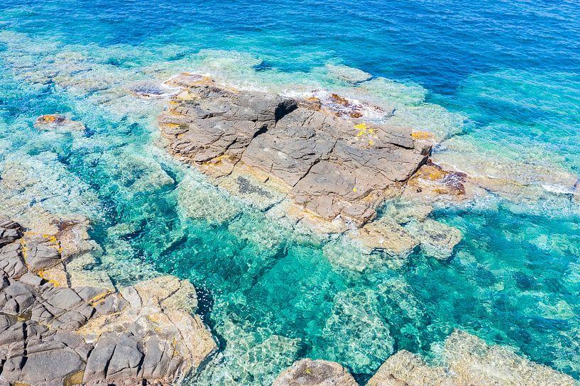 Rotsen, kust Sardinië van Bernardine de Laat