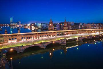 Berlin Oberbaumbrücke zur blauen Stunde mit Spiegelung von Jean Claude Castor