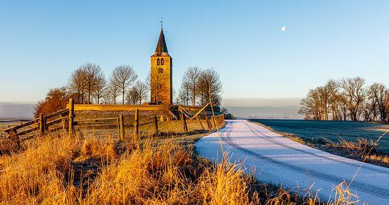 Oude kerktoren op een terp