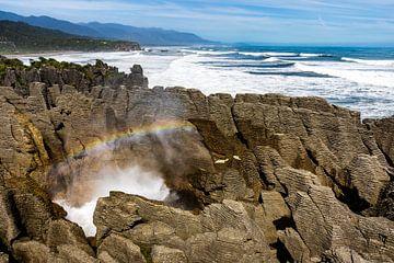 Pancake Rocks blowhole met regenboog, Punakaiki, Nieuw-Zeeland van Paul van Putten