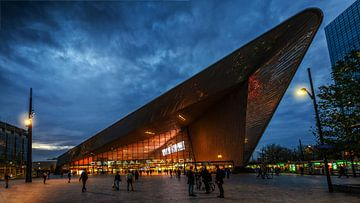 La gare de Rotterdam à l'heure bleue sur Bart Ros