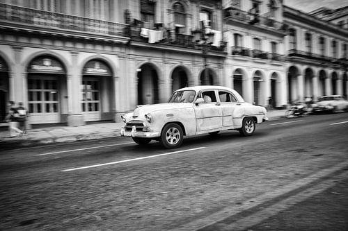 Classic car rijdt door de straten van Havana in Cuba. Wout Kok One2expose van
