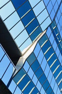 Glazen oppervlak met geometrische patroon van een bedrijfsgebouw van Tony Vingerhoets