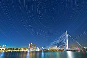 Sterstrepen boven Rotterdam met o.a de Erasmusbrug.