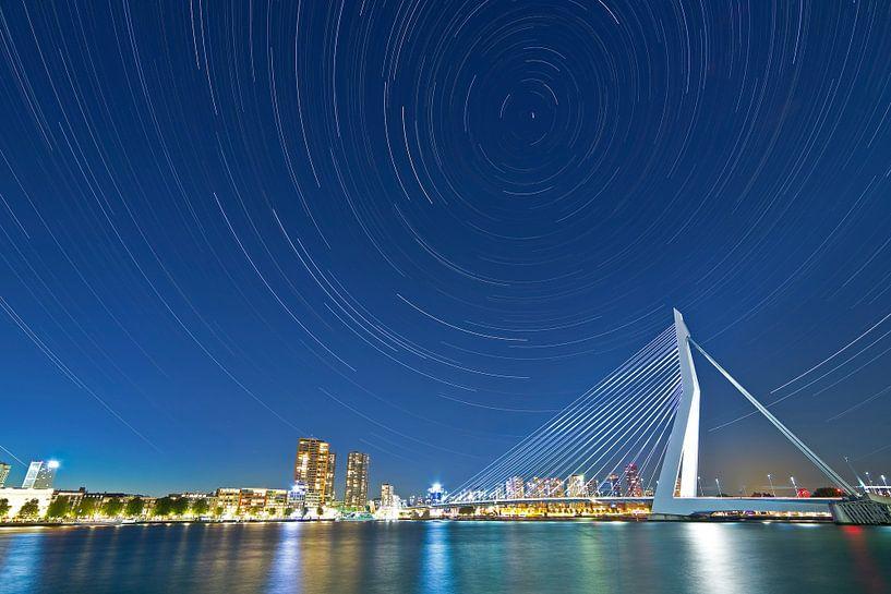 Sterstrepen boven Rotterdam met o.a de Erasmusbrug. van Anton de Zeeuw