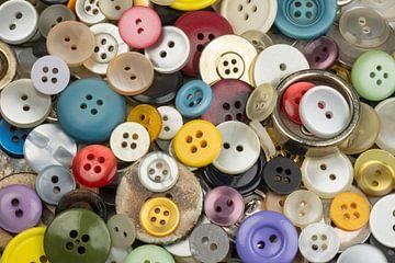 Vrolijke verzameling bont gekleurde ronde knopen van Tonko Oosterink