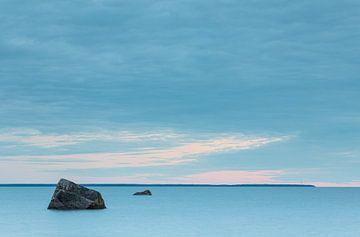 Rustig water en blauwe lucht in Estland van Marcel Kerdijk