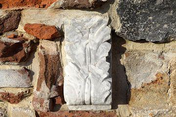 Ornament in de tuinmuur bij Villa Augustus in Dordrecht van