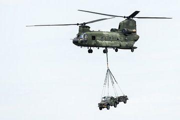 Boeing CH-47 Chinook met externe lading van Wim Stolwerk