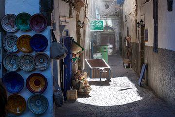 Nostalgisch straatje in de medina van Essaouira van Peter de Kievith Fotografie