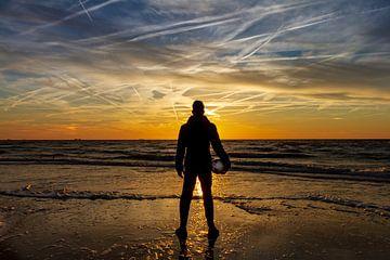 Fußballspieler am Meer von Henri De Wit