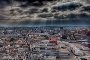 Zicht op Breda met zonnestralen van