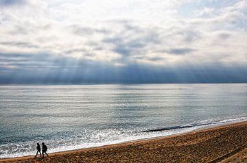 Koele zomer blauwe zee golven crashen op het strand zand van Andreea Eva Herczegh