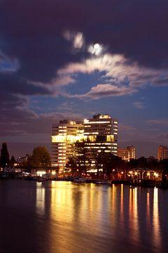 Skyline van Amsterdam bij zonsondergang van Nisangha Masselink
