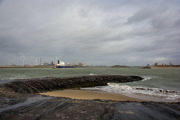 Schepen onderweg naar de sluizen IJmuiden. van scheepskijkerhavenfotografie