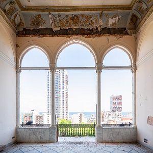 Verlaten Balkon met Zicht op de Haven. van Roman Robroek