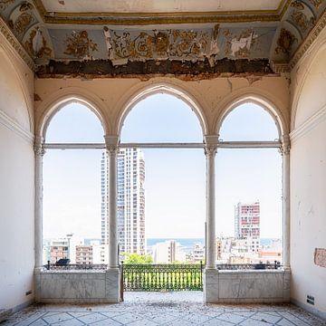 Verlassener Balkon mit Hafenblick.