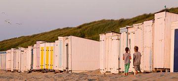 Kinderen staan eenzaam voor een gesloten strandcabine met een afbeelding van Nijntje aan het strand, von Ad Huijben