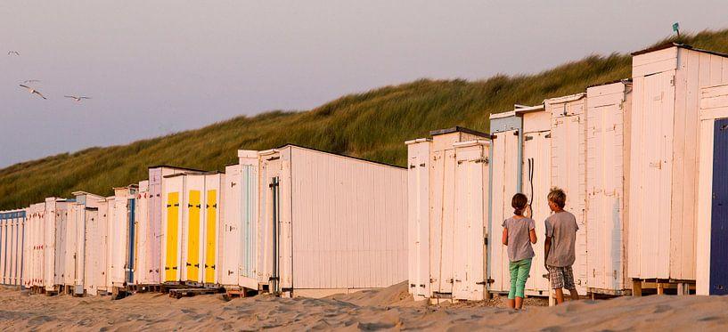 Kinderen staan eenzaam voor een gesloten strandcabine met een afbeelding van Nijntje aan het strand, van Ad Huijben
