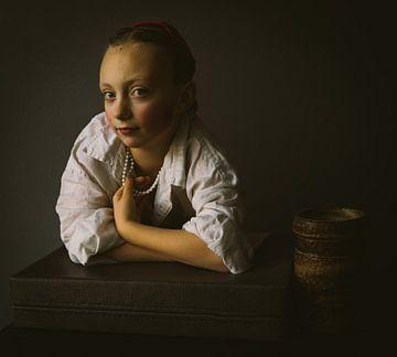 Junges Mädchen am Fenster von Mirella Lukens