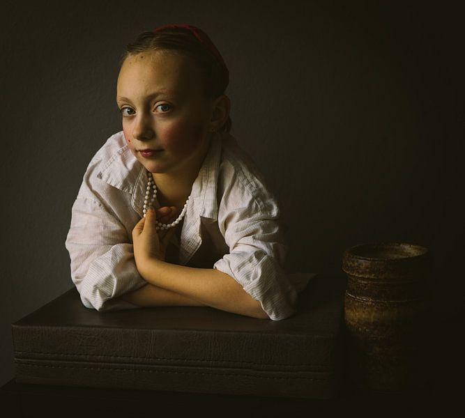 Jong meisje aan het venster van Mirella Lukens
