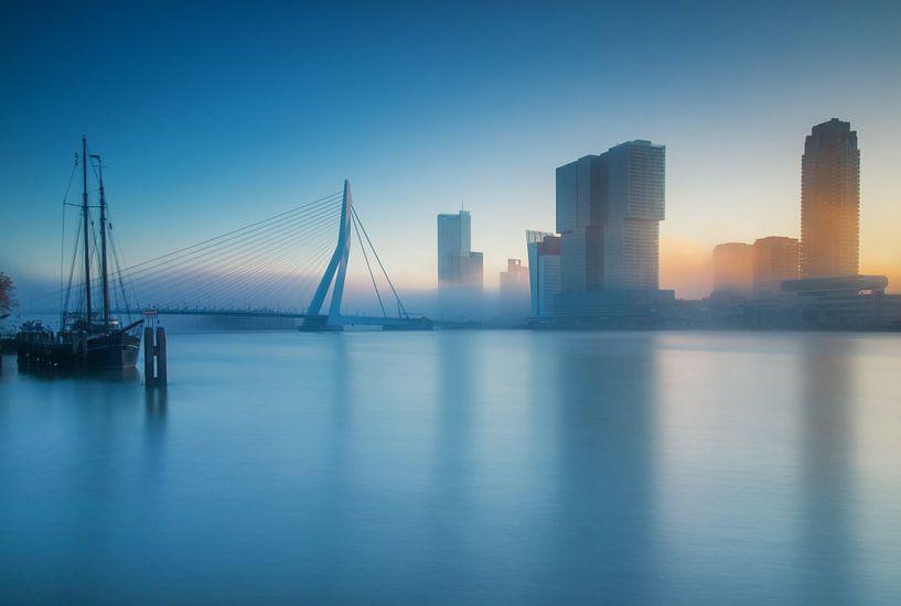 Foggy sunrise in Rotterdam van Ilya Korzelius