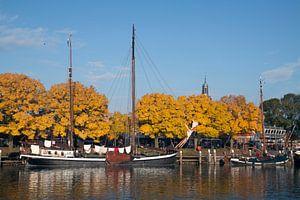 Schip in de haven met mooie herfstkleuren