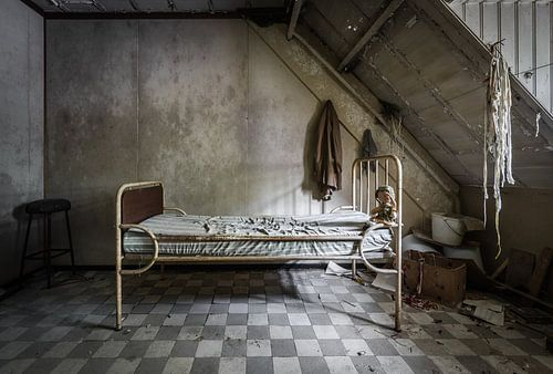 Bed in psychiatrische instelling van Inge van den Brande