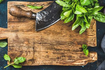 12091585 Basilic frais sur une planche à découper en bois rustique sur BeeldigBeeld Food & Lifestyle