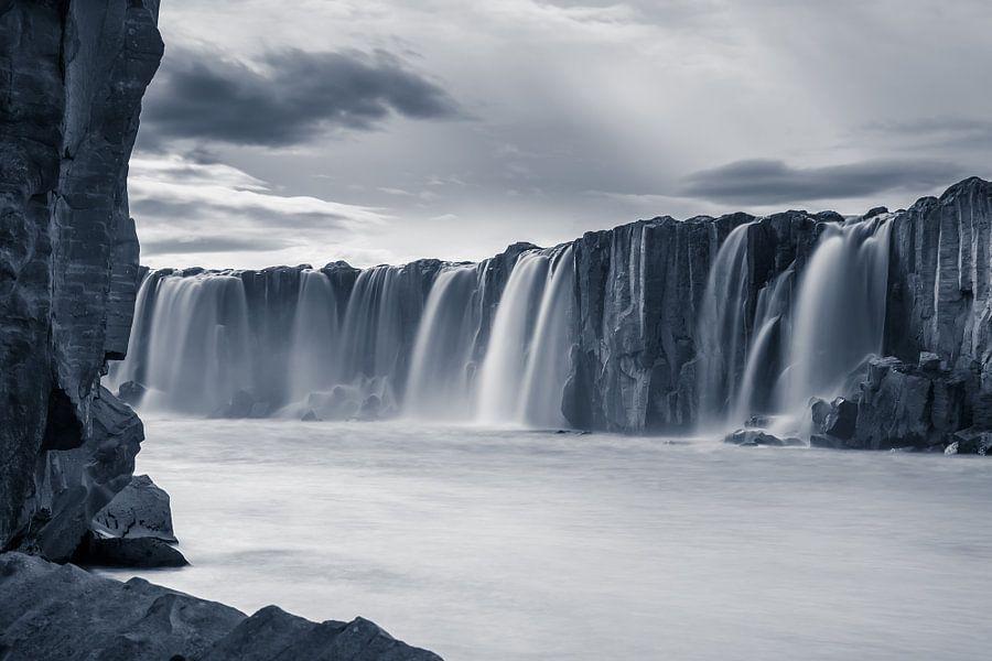 De waterval Selfoss in de rivier Jökulsá á Fjöllum van Gerry van Roosmalen