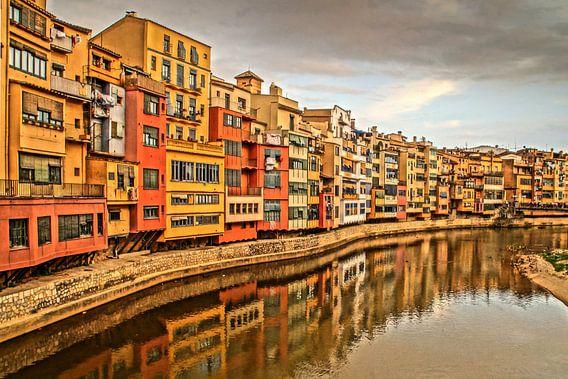 HDR opname van de rivier in Girona, met zijn kleurrijke huizen