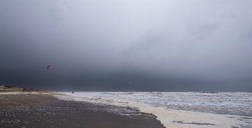 Kitesurfen voor de storm uit van Arjan van Duijvenboden