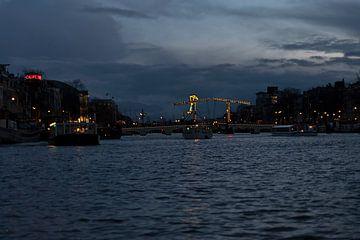 magere brug Amsterdam tijdens het blauwe uur van gea strucks