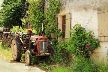 Boerenerf met tractor in Fontenay, Frankrijk van Jacqueline Gerhardt