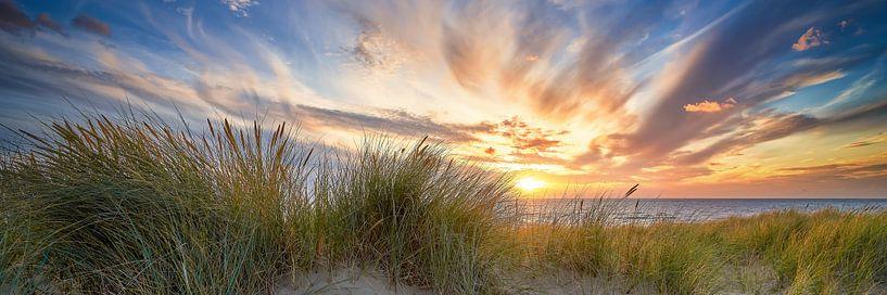 zonsondergang met de duinen en de Noordzee II van eric van der eijk