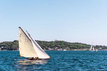 Witte klassieke zeil boot tijdens zeilwedstrijd van Rolf van de Wal