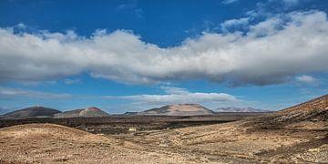 Vulkanisch landschap op Lanzarote, een van de Canarische Eilanden. van Harrie Muis