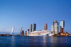 Kop van Zuid in Rotterdam met cruise schip tijdens schemering