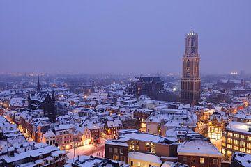 De besneeuwde binnenstad van Utrecht met Domtoren en Domkerk (2) van