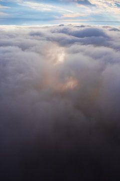 Voler au-dessus des nuages brillants, symbole du vol d'un rêve, photo d'un parapente. sur Michael Semenov