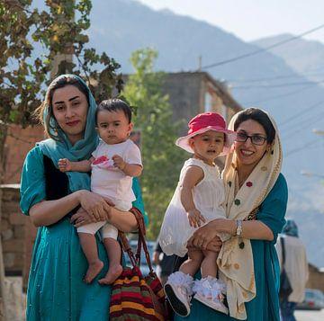 Iran: Iraanse vrouwen (Uraman Takht) van Maarten Verhees