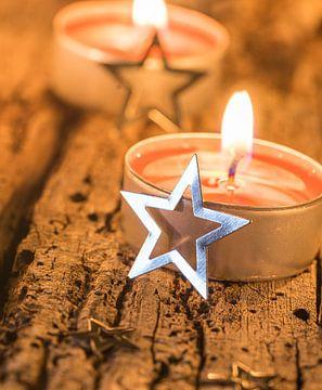 Traditionele advents- en kerstkaarsen met zilveren stervormige versiering van Alex Winter