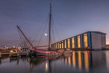 De haven van Makkum bij zonsondergang von Harrie Muis