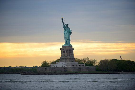 Statue of Liberty ofwel Vrijheidsbeeld in New York tijdens zonsondergang