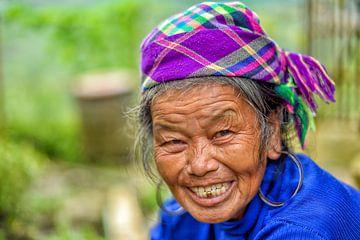 Vrolijke oude Hmong vrouw van Richard van der Woude