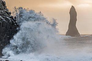 Golven slaan op de kust